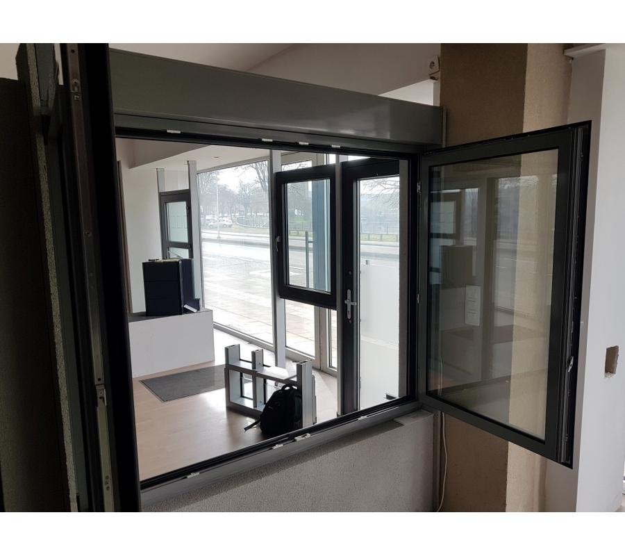 ch ssis de fen tre en aluminium gris avec volet. Black Bedroom Furniture Sets. Home Design Ideas